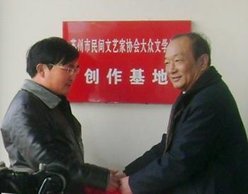 镇政府文化中心负责人在胥王庙企业管理有限公司总经理李祥伟的陪同下